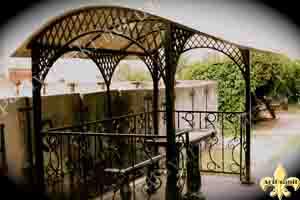 гранитная лавочка на кладбище с навесом
